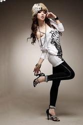 Привлекательная трикотажная блузка DressXs с широкой горловиной,  корот